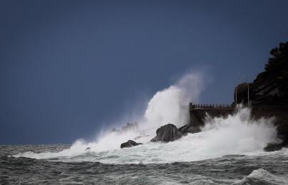 epa06317342 A wave hits the new promenade of San Sebastian, in San Sebastian, Basque Country, northern Spain, 09 November 2017. Meteorologists forecast low temperatures and rain during the day. EPA/Javier Etxezarreta